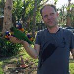 Naturliebhaber Prof. Groß mit Papageien Foto Copyright by Jorge Groß